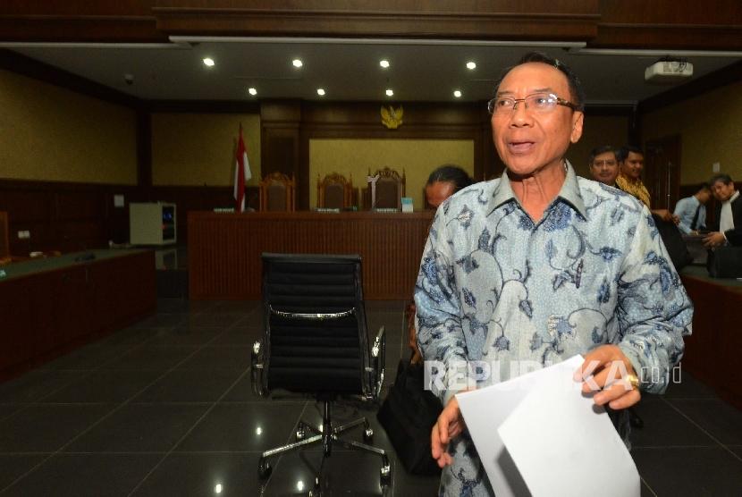 Terdakwa kasus dugaan korupsi Dana Operasional Menteri (DOM), gratifikasi Kementerian ESDM dan Kemenbudpar Jero Wacik memberikan keterangan kepada media usai menjalani sidang dengan agenda pembacaan vonis di Pengadilan Tipikor, Jakarta, Selasa (9/2).   (R