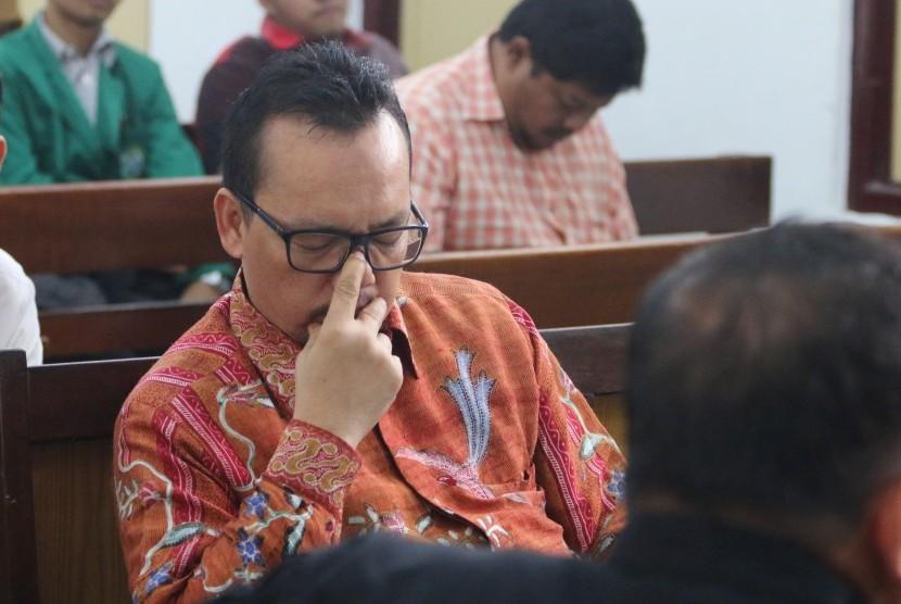 Terdakwa kasus dugaan penggelapan uang yang juga politikus Partai Demokrat Ramadhan Pohan, bersiap mengikuti sidang lanjutan dengan agenda tanggapan jaksa atas eksepsi terdakwa, di Pengadilan Negeri Medan, Sumatera Utara, Selasa (17/1).