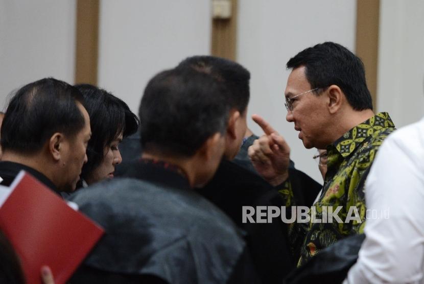 Terdakwa kasus dugaan penistaan agama Basuki Tjahaja Purnama atau Ahok berbincang bersama kuasa hukumnya seusai menjalani sidang lanjutan di Pengadilan Negeri Jakarta Utara, Auditorium Kementerian Pertanian, Jakarta, Kamis (20/4).