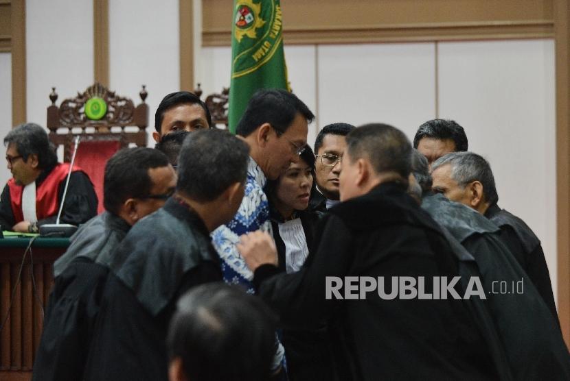 Terdakwa kasus dugaan penistaan agama Basuki Tjahaja Purnama berbincang dengan kuasa hukumnya usai mendengarkan vonis Hakim Pengadilan Negeri Jakarta Utara di Auditorium Kementerian Pertanian, Jakarta, Selasa (9/5). Dalam sidang tersebut, Ahok dijatuhi hukuman dua tahun penjara