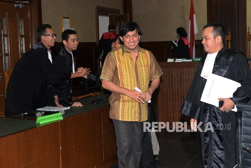 Terdakwa kasus korupsi pengadaan Alquran dan Laboratorium Komputer di Kementerian Agama Fahd El Fouz seusai mengikuti sidang dengan agenda pembacaan nota pembelaan pribadi atau pledoi di Pengadilan Negeri Tindak Pidana Korupsi, Jakarta, Kamis (7/9).