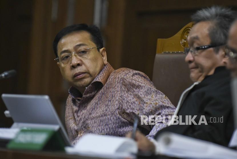Terdakwa kasus korupsi pengadaan KTP elektronik Setya Novanto (kiri) didampingi penasihat hukumnya Maqdir Ismail menjalani sidang lanjutan di Pengadilan Tipikor Jakarta, Senin (15/1).
