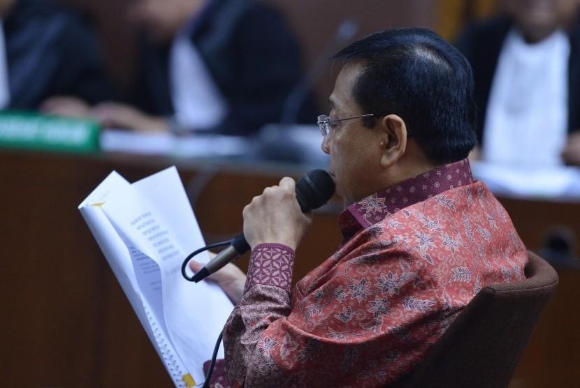 Defendant in e-ID card procurement graft case, Setya Novanto reads his defense plea at Corruption Court, Jakarta, on Friday.