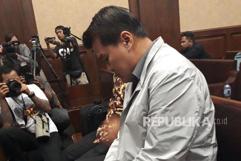 Terdakwa kasus korupsi proyek pengadaan KTP-el Andi Agustinus di ruang sidang Pengadilan Negeri Tipikor Jakarta, menunggu sidang pembacaan tuntutan oleh Jaksa KPK, Kamis (7/12).