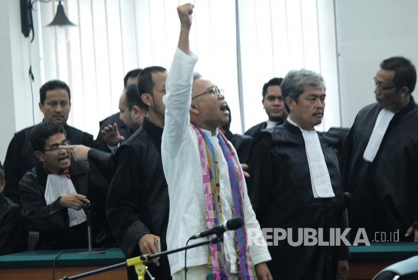 Terdakwa kasus pelanggaran Undang-Undang Informasi Transaksi Elektronik (ITE) Buni Yani meneriakan Takbir pada sidang putusan dirinya, di Dinas Perpustakaan dan Kearsipan Kota Bandung, Selasa (14/11).