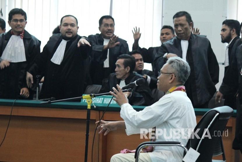 Terdakwa kasus pelanggaran Undang-Undang Informasi Transaksi Elektronik (ITE) Buni Yani pada sidang putusan dirinya, di Dinas Perpustakaan dan Kearsipan Kota Bandung, Selasa (14/11).