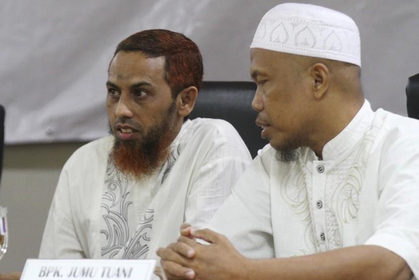 Terpidana kasus terorisme, Umar Patek (kiri) berbincang dengan mantan narapidana kasus terorisme Jumu Tuani (kanan) saat menjadi pembicara dalam Seminar Resimen Mahasiswa Mahasurya Jatim di Hotel Savana, Malang, Jawa Timur, Senin (25/4).
