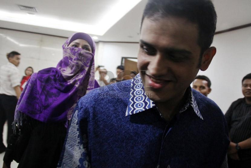 Terpidana kasus Wisma Atlet Muhammad Nazaruddin (kanan) disela-sela persidangan saat menjadi saksi untuk istrinya Neneng Sri Wahyuni (kiri0 di Pengadilan Tipikor, Jakarta, Selasa (8/1). (Republika/Yasin Habibi)