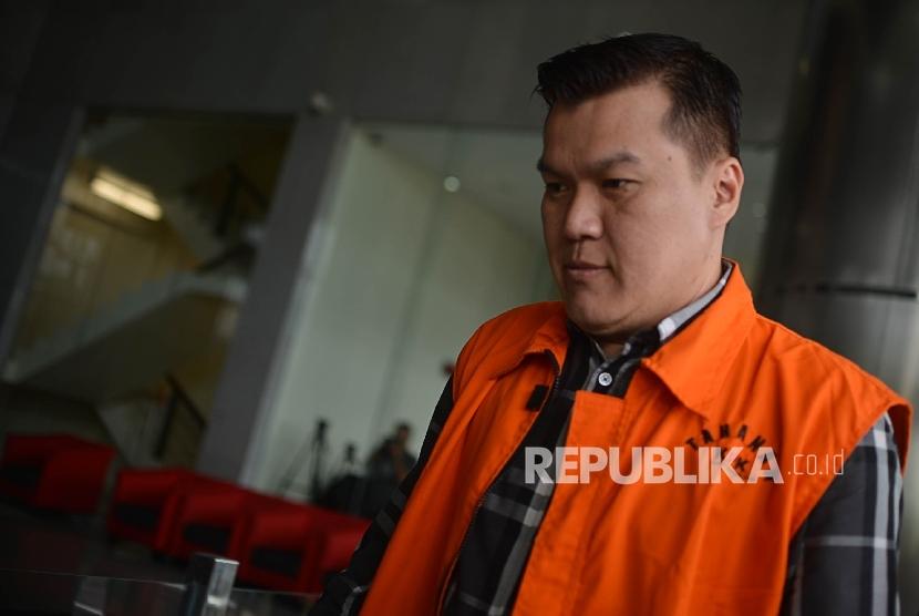 Tersangka dugaan kasus proyek KTP elektronik Andi Narogong berjalan memasuki ruangan untuk menjalani pemeriksaan lanjutan di gedung merah putih KPK, Jakarta, Senin (22/5).