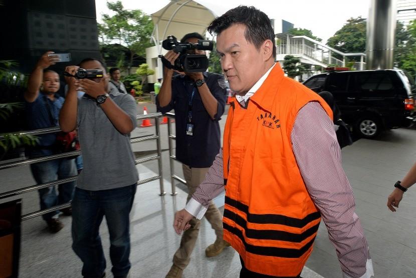 Tersangka kasus dugaan korupsi pengadaan KTP berbasis elektronik (e-KTP) Andi Agustinus alias Andi Narogong berjalan memasuki gedung KPK, Jakarta, Kamis (4/5).