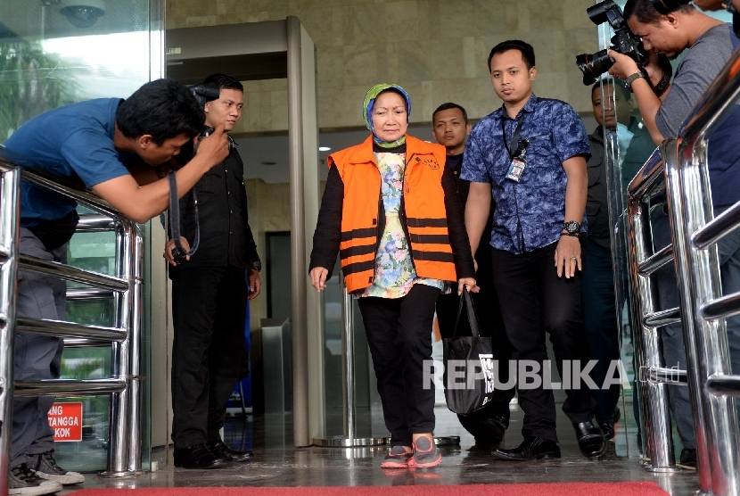 Tersangka kasus dugaan suap pembangunan Pasar Atas Baru Cimahi tahap II Atty Suharti Tochija berjalan keluar gedung KPK seusai menjalani pemeriksaan di Jakarta, Rabu (28/12).