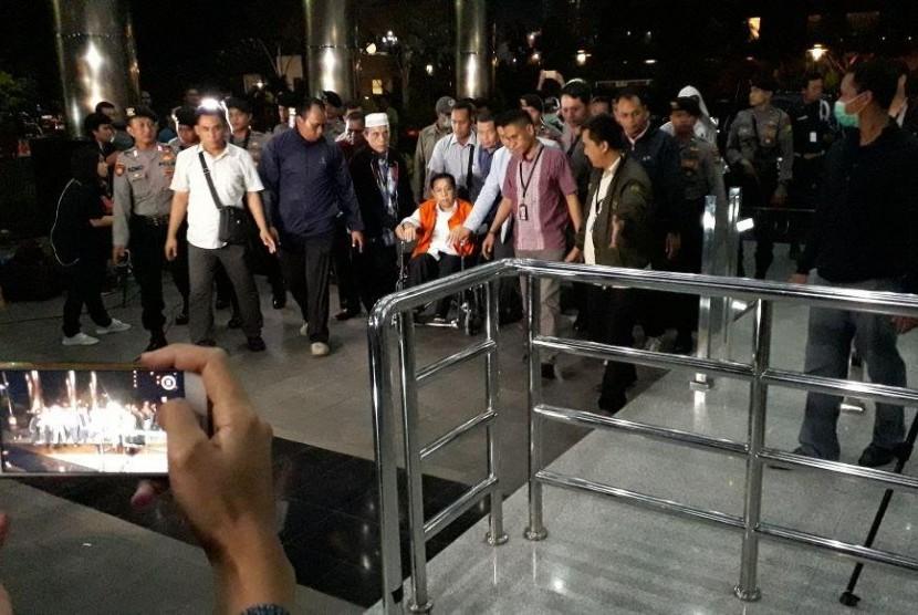 Tersangka kasus korupsi KTP-el Setya Novanto tiba di Gedung Komisi Pemberantasan Korupsi (KPK), Kuningan, Jakarta Selatan, Ahad (19/11). Setya menggunakan kursi roda dan rompi berwarna oranye saat menuju ke dalam gedung KPK.