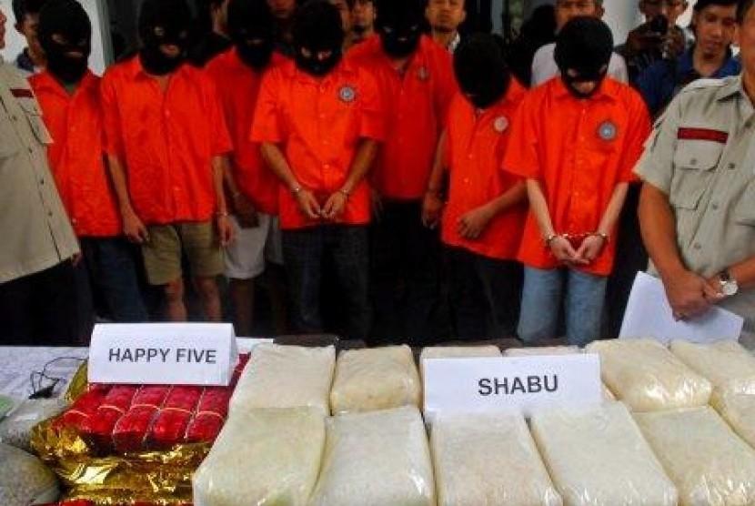 Tersangka kasus narkoba jaringan Internasional bersama barang bukti narkoba jenis shabu, ekstasi dan pil happy five.
