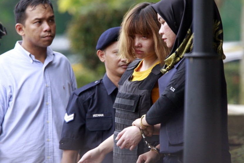 Vietnamese who became suspect in the murder of Kim Jong-nam, Doan Thi Huon (two from right) walked away from the Court in Sepang, Malaysia, Wednesday (March 1).
