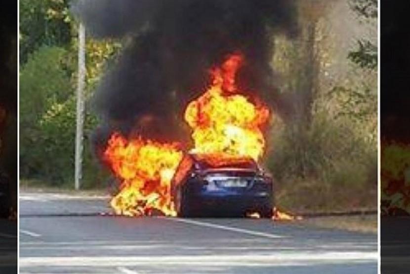 Tesla kembali terbakar. Ilustrasi