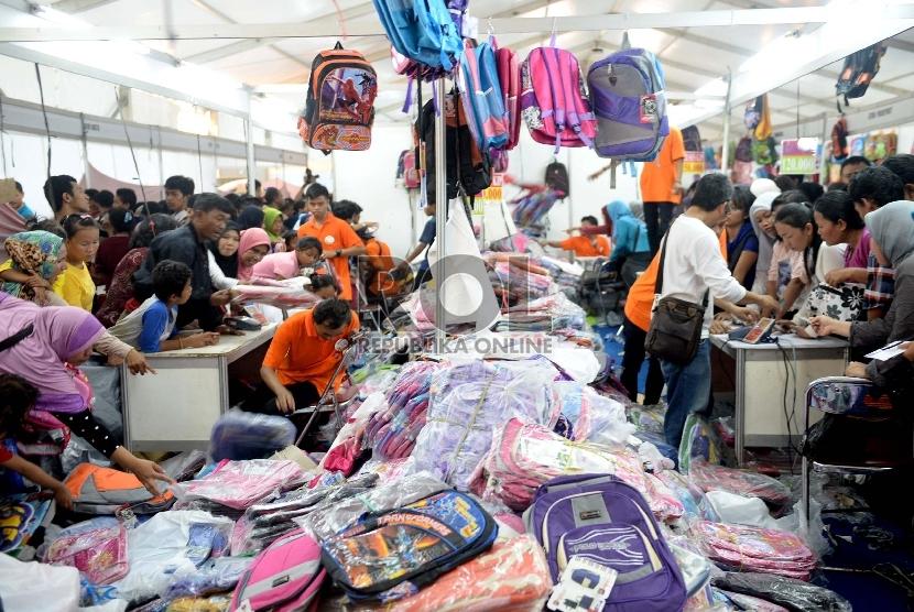 Tetap Dipadati Pengunjung. Pengunjung berburu keperluan sekolah di JakBook Fair 2015, Parkir Timur Senayan, Jakarta, Selasa (28/7).