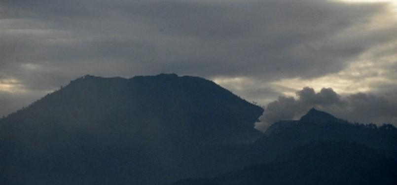 The smoke of Mount Ijen rises (photo file).