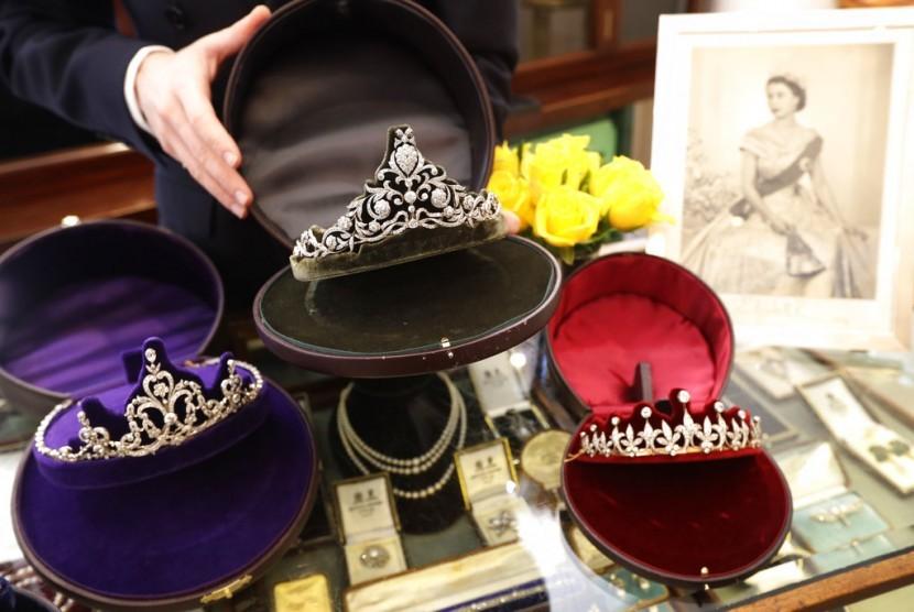 Tiara dipajang di toko perhiasan Bradley & Skinner yang sudah lama membuat tiara untuk para bangsawan Inggris.