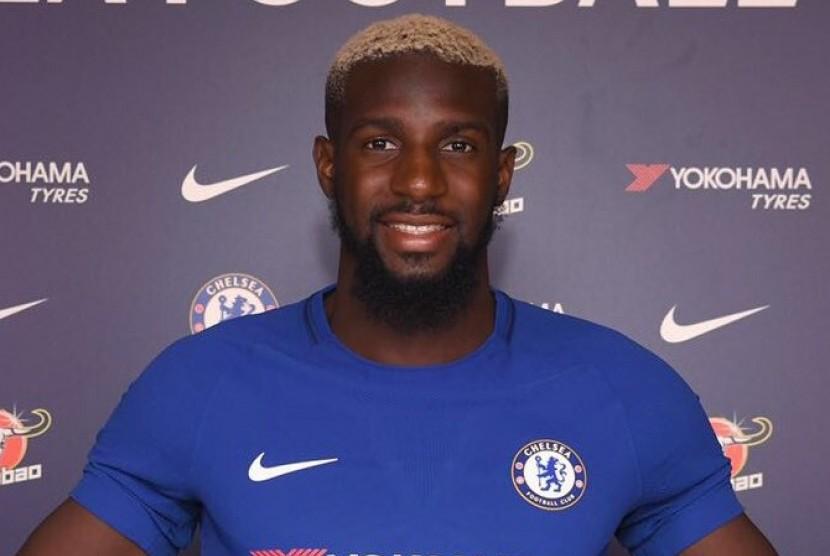Tiemoe Bakayoko berseragam Chelsea.