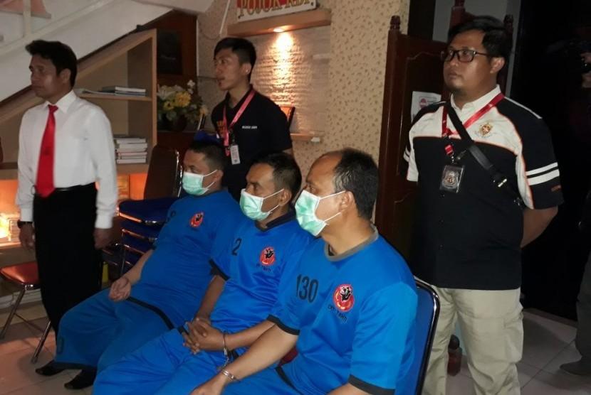 Tiga dari empat tersangka kasus suap KPU/Panwaslu Kabupaten Garut.