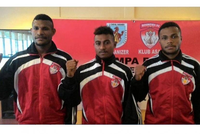 Tiga pemain Papua, (dari kiri) Marinus Wanewar, Yan Piet Nasadit dan Reinhard Sokoy yang akan menjalani trial di Yunani