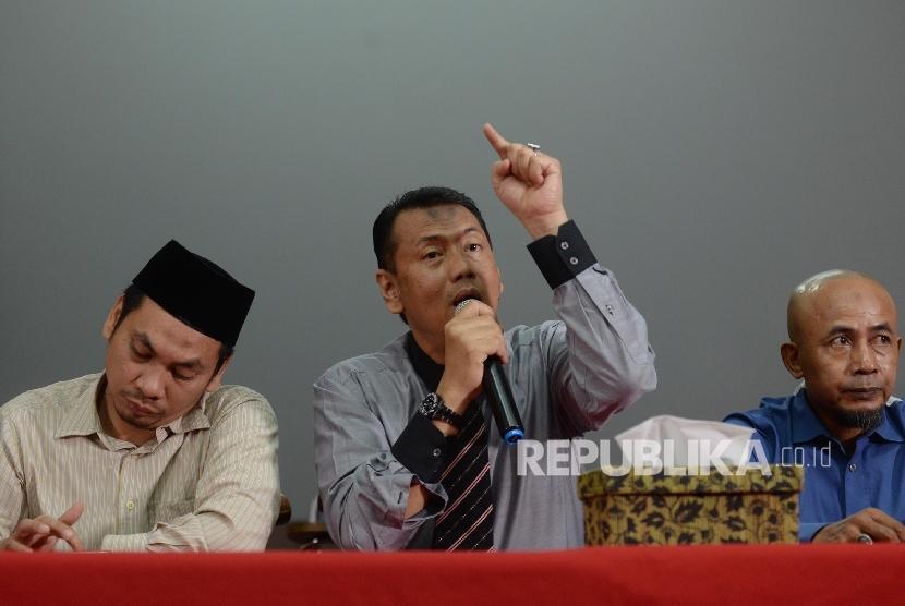 Tim advokasi Habib Rizieq Shihab dan GNPF MUI memberikan keterangan pers terkait pemanggilan Habib Rizieq Shihab di AQL Islamic Center, Tebet Utara, Jakarta Selatan, Selasa (16/5).