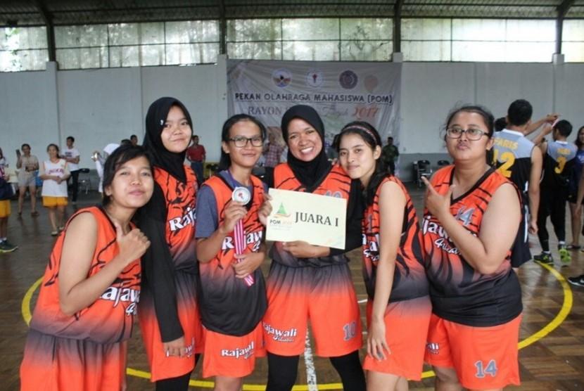 Tim basket putri AMIK BSI Purwokerto menjuarai POM Rayon 3 Jawa Tengah.
