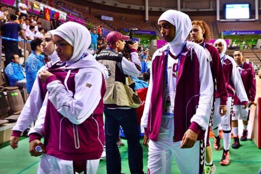 Tim basket putri Qatar mundur dari pertandingan pertama di Asian Games melawan Mongolia, Rabu (24/9) karena sejumlah pemainnya diminta melepaskan jilbab.