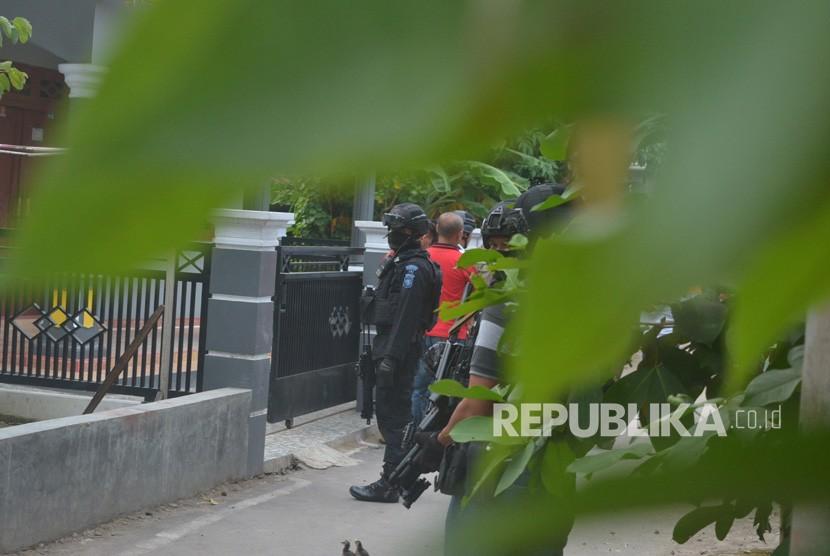 Tim Densus 88 melakukan penjagaan saat penggeledahan usai penangkapan terduga teroris di Jemaras, Klangenan, Kab. Cirebon, Jawa Barat, Kamis (17/5).