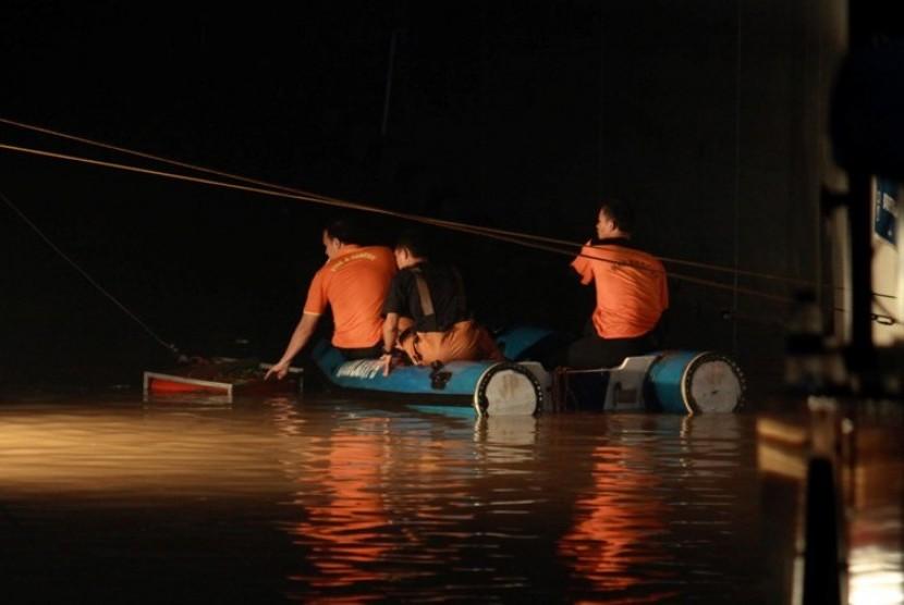 Tim gabungan berupaya melakukan pencarian korban banjir di basement Plaza UOB, Jakarta, Jumat (18/1) malam.