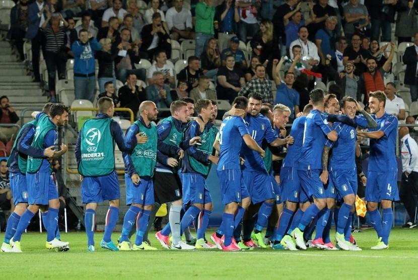 Tim Italia merayakan gol Lorenzo Pellegrini ke gawang Denmark pada laga Piala Eropa U-21.