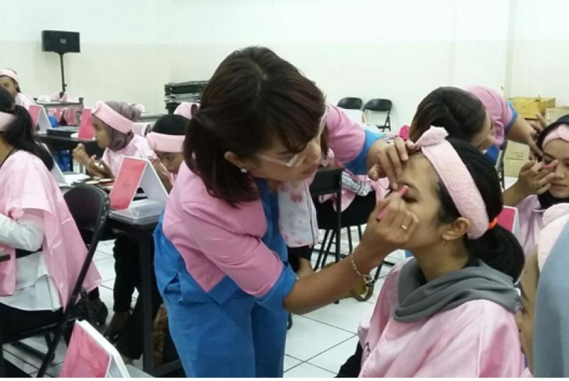 Tim kecantikan Pixy dan Gatsby sedang memandu mahasiswa Prodi Manajemen Administrasi ASM BSI Jakarta dalam acara workshop kecantikan.