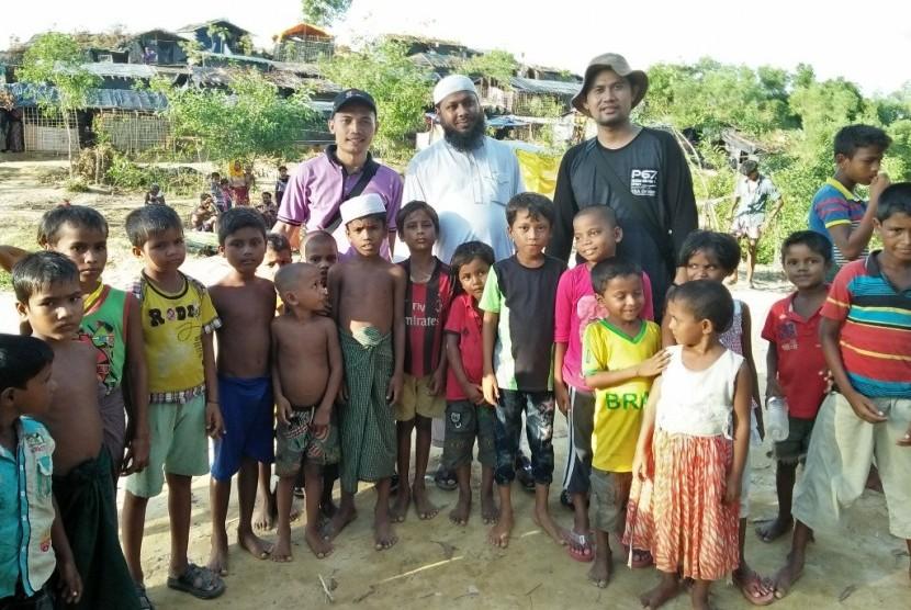 Tim Kemanusiaan Program Pembibitan Penghafal Alquran (PPPA) Daarul Qur'an berada di kamp pengungsian Distrik Cox's Bazar, Divisi Chittagong, Bangladesh, Senin (9/10).