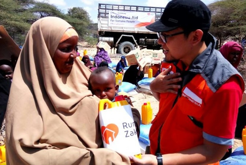Tim Kemanusiaan Rumah Zakat mengantarkan bantuan panganuntuk dua ribu pengungsi Somalia di Mogadishu, Jumat (7/4).