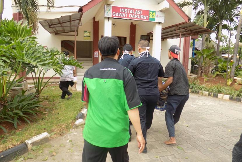Tim LPM Dompet Dhuafa membantu putra Bapak Uding, Ahmad Syafei, untuk mengobati masalah kejiwaan di Rumah Sakit Jiwa Dr.Soeharto Heerdjan, Grogol, Jakarta Barat.