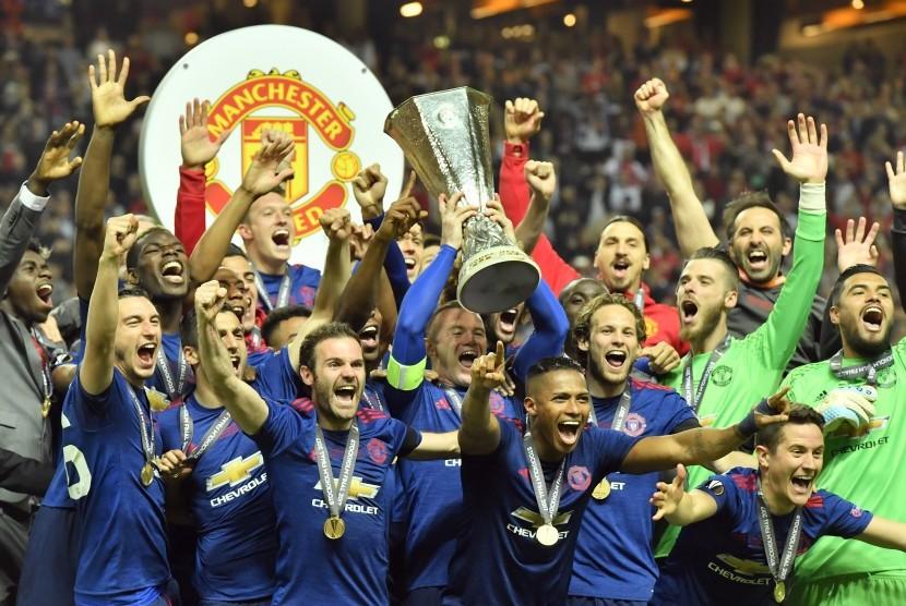 Tim Manchester United mengangkat trofi juara Liga Europa usai mengalahkan Ajax Amsterdam dengan skor 2-0 di Friends Arena Stockholm, Swedia, Rabu (24/5).