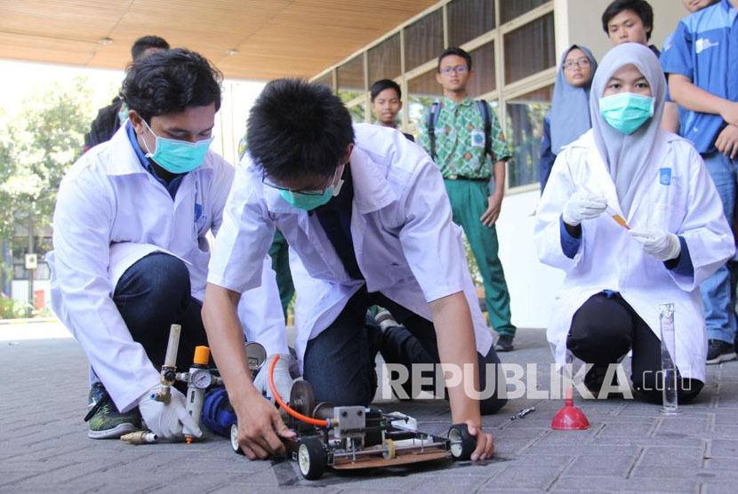 Tim menyiapkan mobil Spektronics 12 untuk ujicoba di halaman Rektorats ITS.