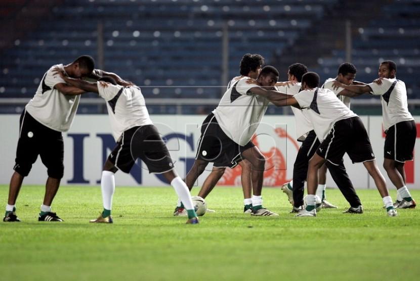 Tim nasional Arab Saudi melakukan pemanasan. (Ilustrasi)