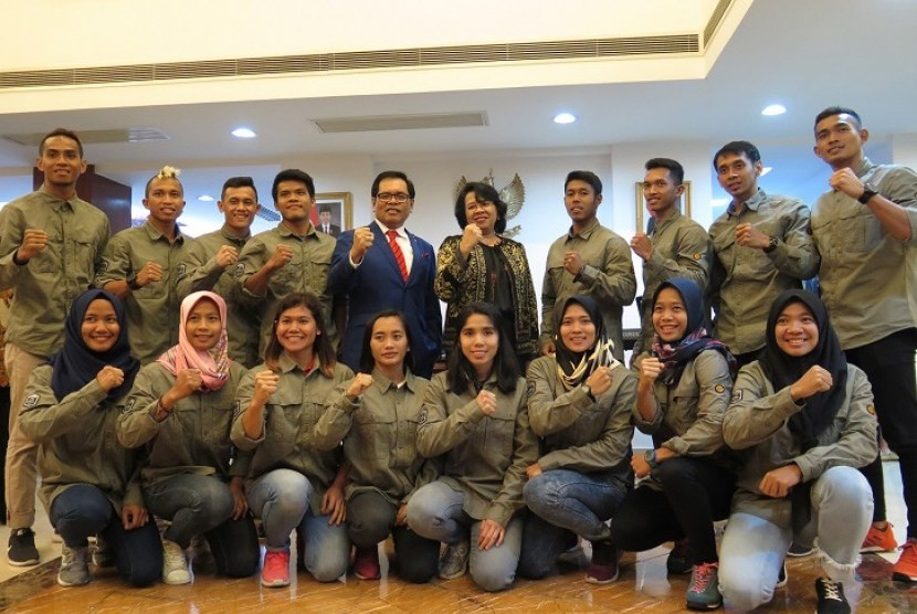 Tim panjat tebing Indonesia berfoto bersama Duta Besar RI untuk Cina, Djauhari Oratmangun (berdasi) dan Wakil Dubes Listyowati (berdiri tengah).