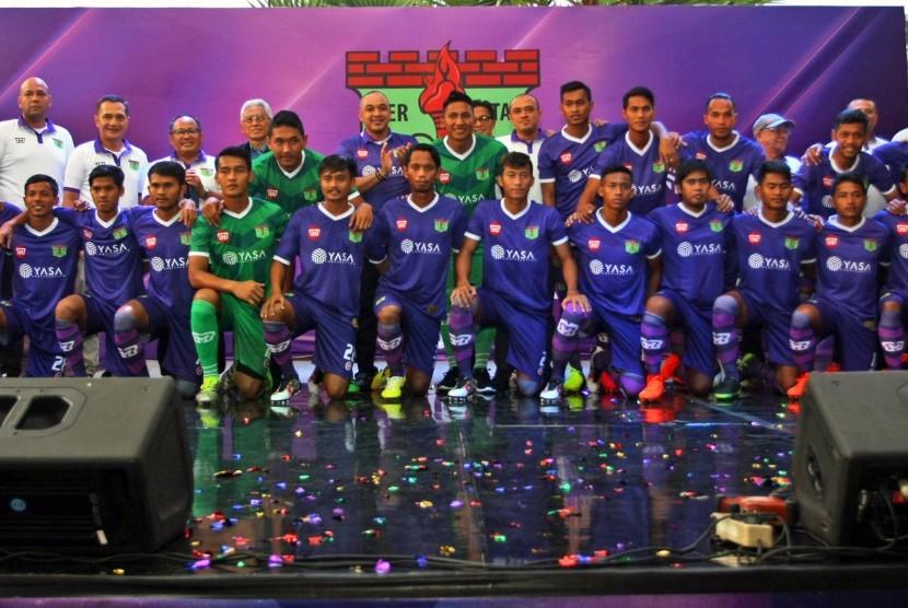 Tim Persita Tangerang berfoto bersama pegurus seusai peluncuran di Serpong, Tangerang, Banten, Senin (17/4). Persita Tangerang akan berlaga di Liga 2 Indonesia.