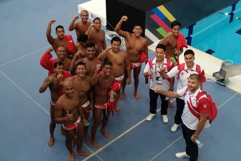 Tim polo air putra Indonesia seusai mengalahkan Malaysia pada pertandingan perdana, Selasa (15/8).