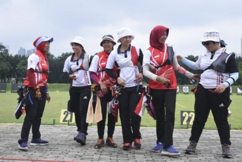Tim recurve putri panahan Indonesia Diananda Choirunisa (kedua kanan), Aqidatul Izzah dan Titik Kusumawardani (kiri) memberikan ucapan selamat ke tim Hongkong Cheuk Ying Wang (kanan), Sze Yan Wu (ketiga kanan) dan Shuk Kwan Lee (kedua kiri) yang memenangkan semifinal pada ajang 18th Asian Games Invitation Tournament di Lapangan Panahan, Kompleks Gelora Bung Karno, Jakarta, Selasa (13/2).