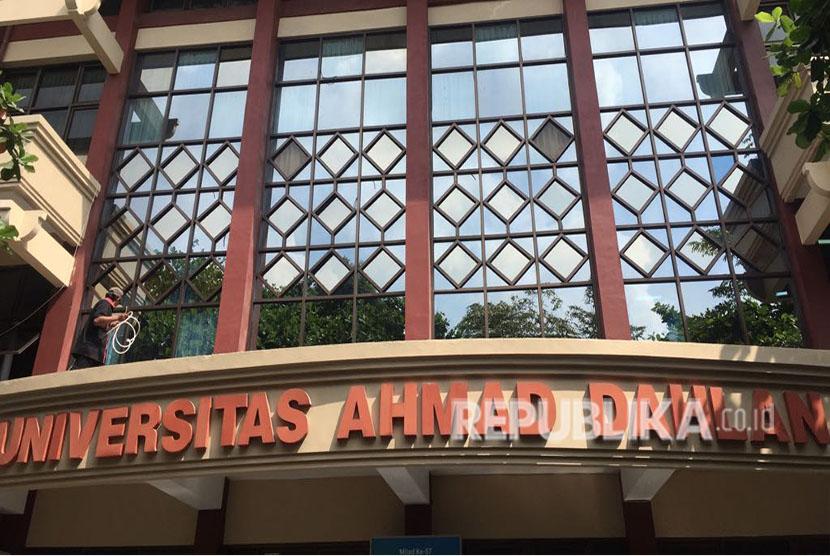 Tim redaksi Republika biasanya berkantor di kawasan Kotabaru, Yogyakarta. Namun, pada Selasa (15/5), Republika kembali melakukan program sehari berkantor yang kali ini memilih Universitas Ahmad Dahlan (UAD) Yogyakarta.
