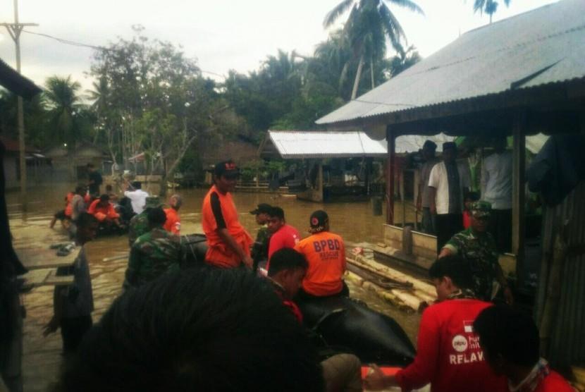 Tim relawan PKPU HI membantu evakuasi korban banjir di Aceh Utara.