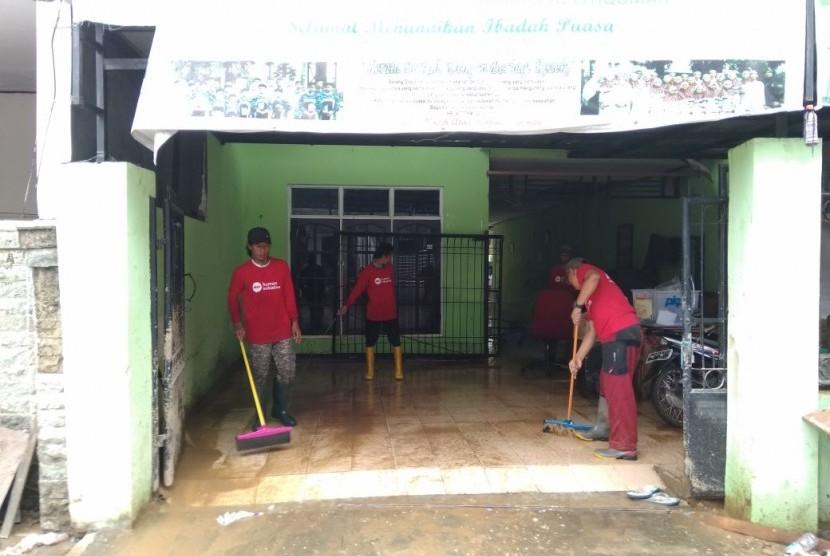 Tim Relawan PKPU Human Initiative, Kamis (8/2) melakukan aksi bersih-bersih di Pondok Yatim Dhuafa Shohibu Al Istiqomah dan Mushala Al Makmun di Cililitan Kecil RT 09 RW 07 Kec. Kramat Jati, Jakarta Timur.