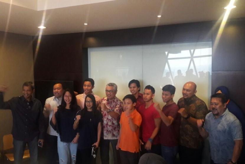 Tim renang usia muda Indonesia bersama jajaran PB PRSI, sebelum diberangkatkan ke Thailand, Rabu (7/12). Mereka akan mengikuti SEA Age Group Swimming Championship ke-40 pada 9-11 Desember 2016.