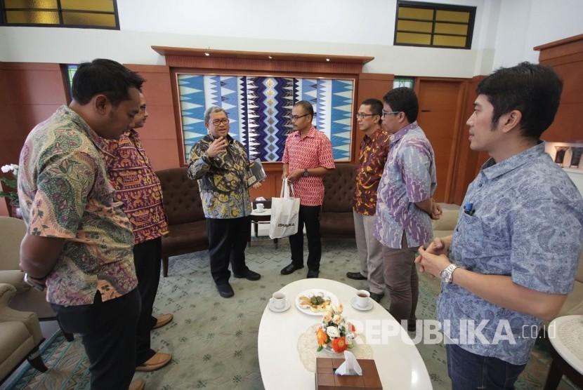 Tim Republika yang dipimpin langsung oleh Pemimpin Redaksi Irfan Junaidi berbincang santai dengan Gubernur Jawa Barat Ahmad Heryawan, di Gedung Sate, Kota Bandung, Kamis (28/9).