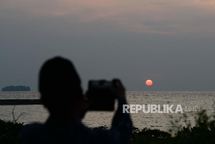 Tim rukyatul hilal Jakarta Islamic Center mengamati terbenamnya matahari di Pulau Karya, Kepulauan Seribu, Jakarta, Jumat (26/5).