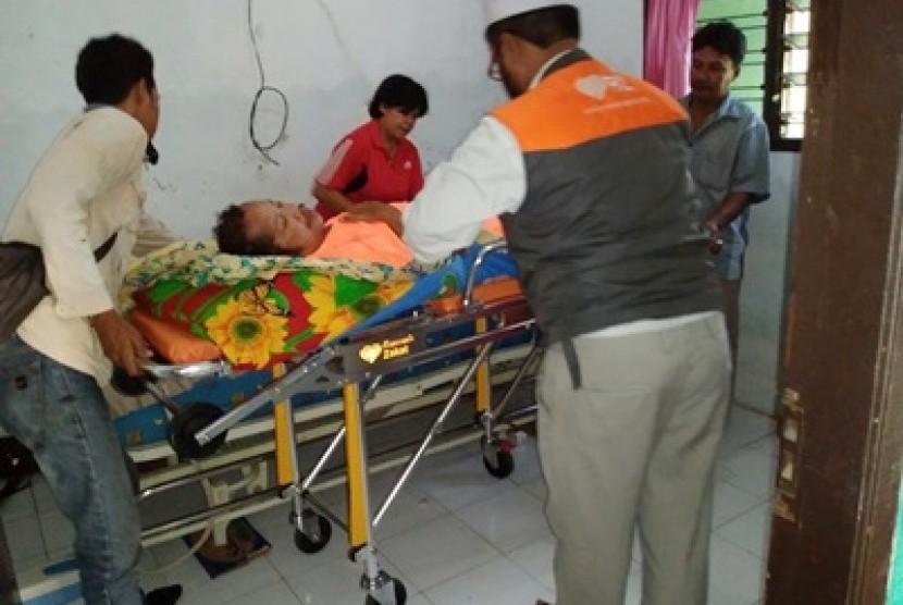 Tim Rumah Zakat membantu mengantarkan Arwadi berobat ke Rumah Sakit Sari Asih, Tangerang.