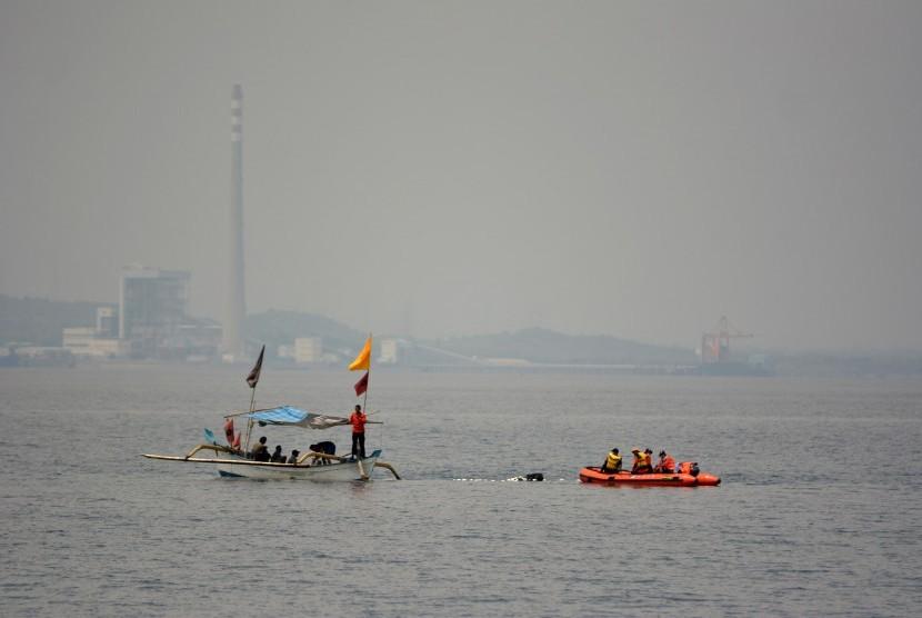 Pencarian 12 Korban Kapal Tenggelam Terkendala Cuaca